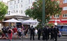 Menschen und Polizisten