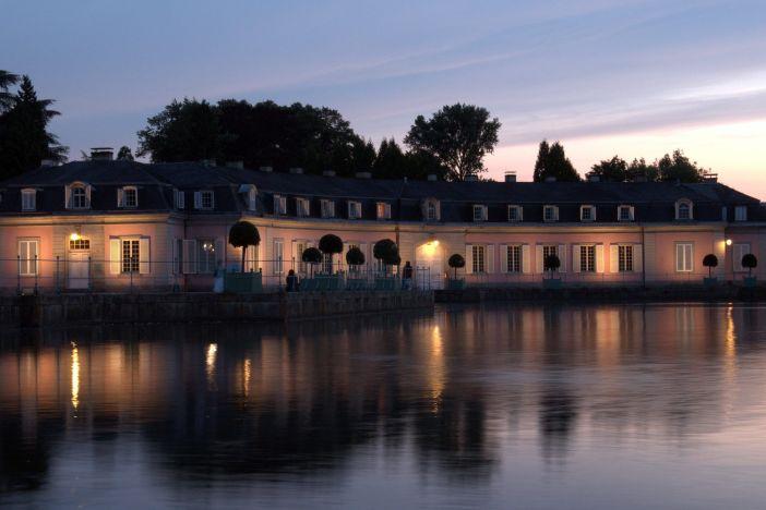 Der Benrather Schlossweiher in der Abenddämmerung (Foto: H. Kendelbacher)