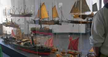 Vitrine mit Modellen im Schifffahrtsmuseum