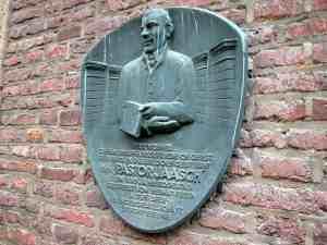 Erinnerungsplakette am Wohnhaus vom Pastor Jääsch