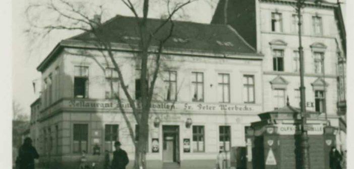 """Undatierte historische Aufnahme vom Gasthaus """"Zum Luftballon"""" - sicher nach 1900 fotografiert, weil Trambahnschienen zu sehen sind (Foto: Stadtarchiv)"""