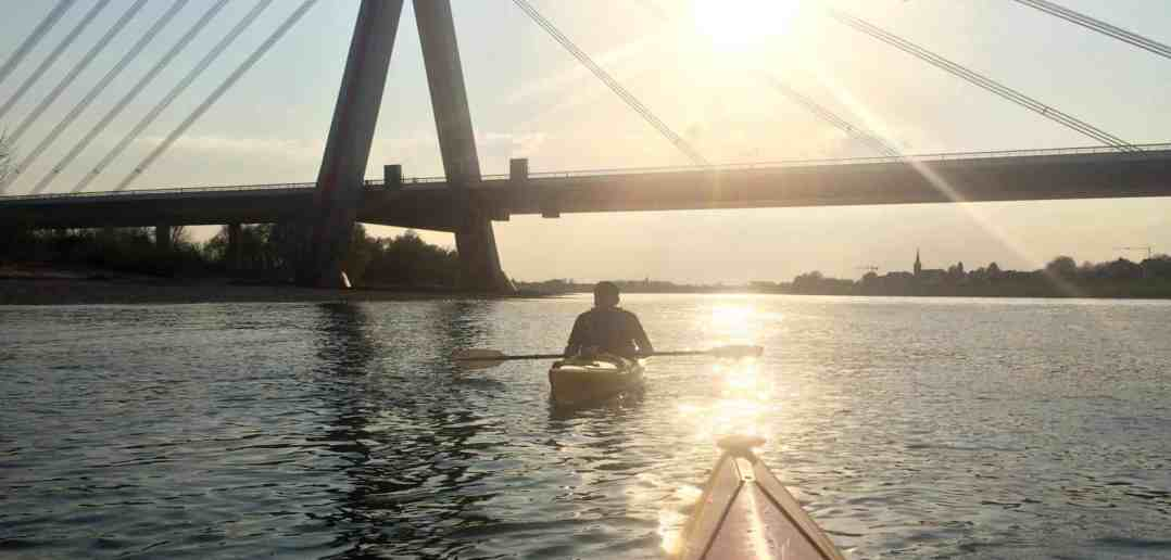 Paddeln auf dem Rhein: Rheinaufwärts an der Fleher Brücke (Foto: Konrad Buck)