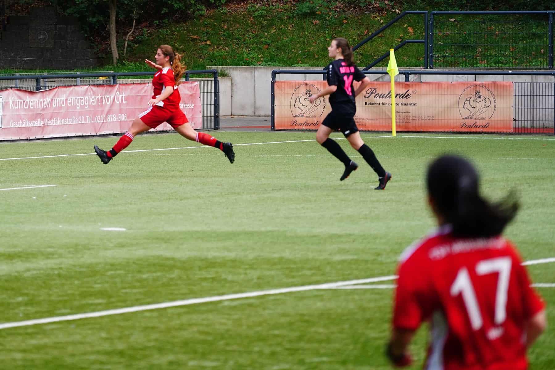 Frauenfußball in Düsseldorf: Die Damen des TSV Urdenbach zu Gast beim Rather SV (Foto: M. Neugebauer)