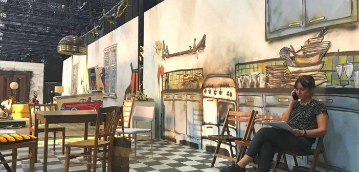 Apropos Illusion: die Küche im Hintergrund ist gesprayt, die Frau im Bild rechts vor dem Abwasch ist real: Utta Hagen; Foto: Käthe Skora