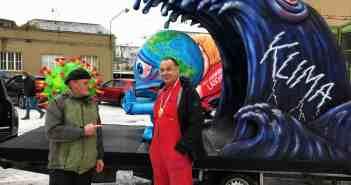 TD-Reporter Buck trifft Tilly vor der Wagenbauhalle