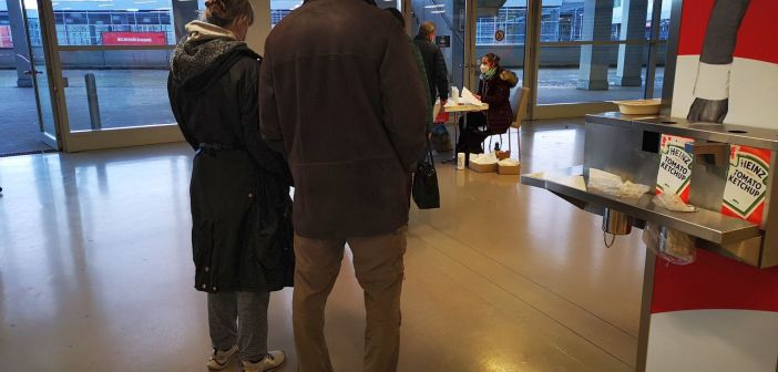 Impfzentrum Düsseldorf: Die Formularausgabe (Foto: TD)