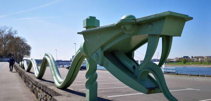 Die Wasserschlange auf der Rapmpenmauer - eine Stahlskulptur von 1925 (Foto: TD)
