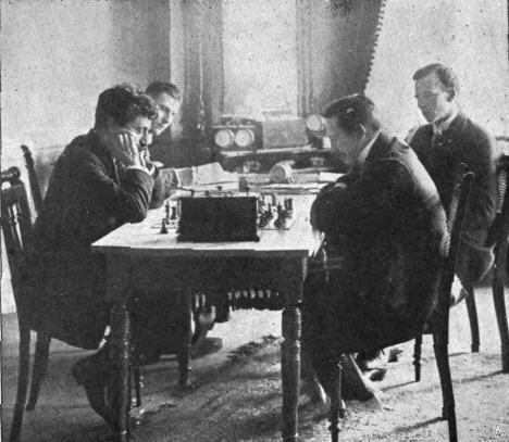 Lasker vs Tarrasch 1908 um die Weltmeisterschaft im Kunstpalast Düsseldorf (Foto via Wikimedia)