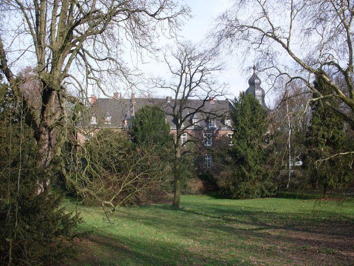 Blick aus dem Park aufs Schloss Elbroich (Foto: Marek Gehrmann via Wikimedia)