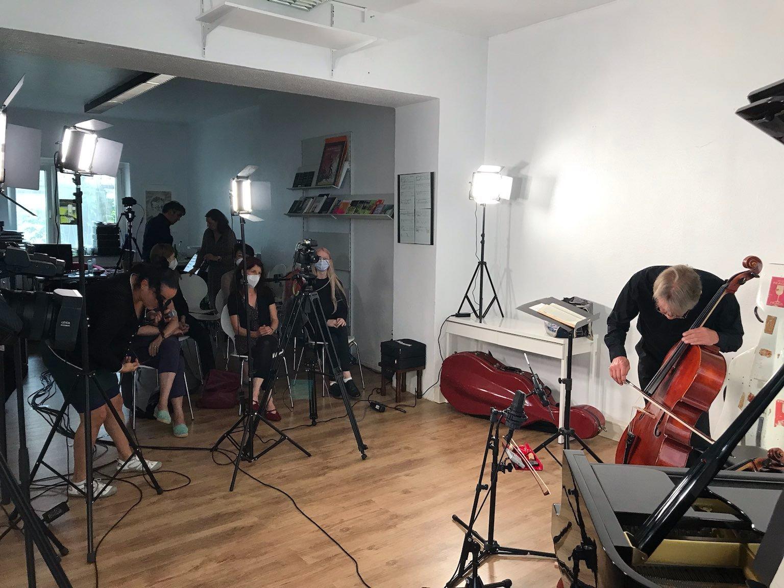 Klangraum innen. Liesmann bereitet sein Cello auf die Klang-Ziselierungen vor (Foto: K. Buck für TD)