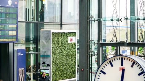 The CityTree can be configured to display information or adversiting.