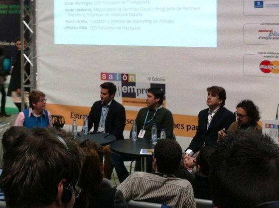 Foto de la mesa debate: Marta Domínguez (i-Thread Consulting) con Alfonso Villar (Playspace), Pedro Jareño (Minube), Javier Irastorza (Vodafone) y Oscar Hormigos (TheAppDate).
