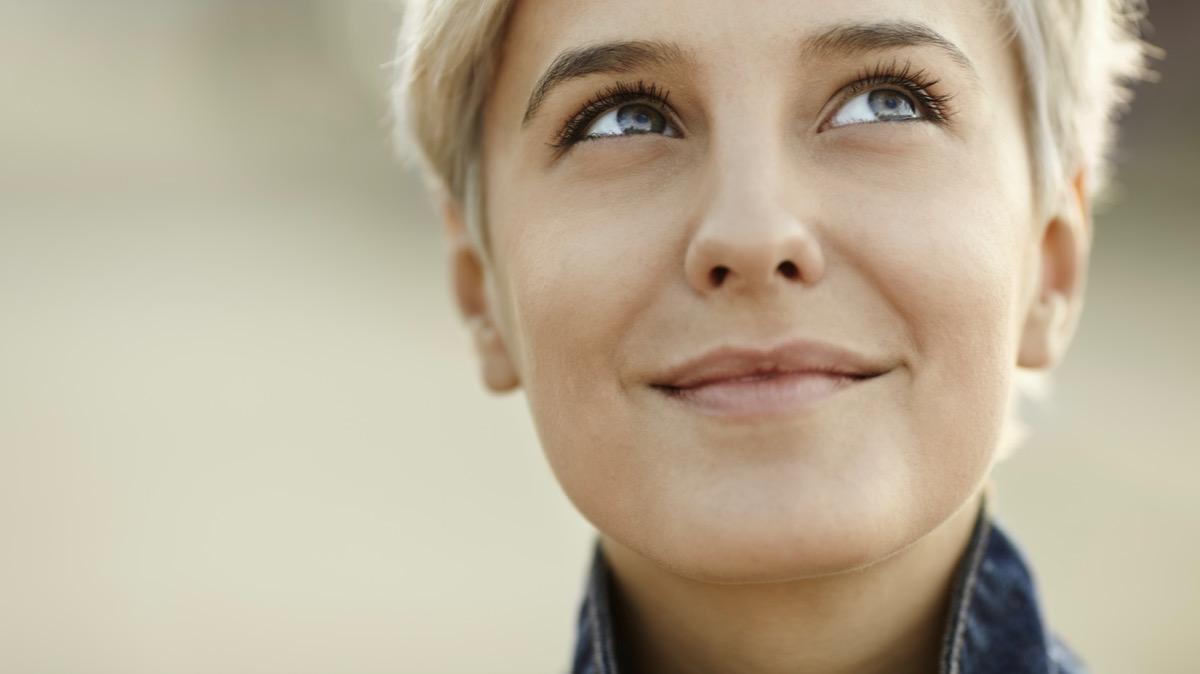 Frau freut sich denkt nach Mittlboeck Marketing