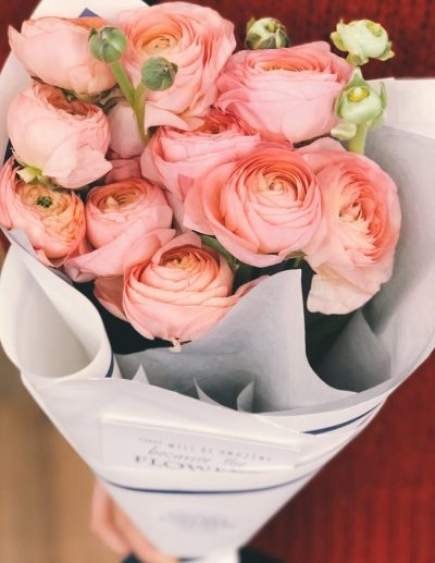 ranunculus-pink-flowers-mothers-day-flower-bouquet-arrangement-flower-in-hat-luxury-exotic-flowers-the-little-flower-shop