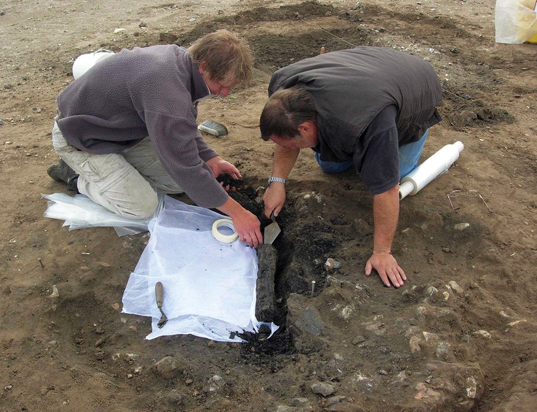 above Members of the team lifting timbers from the base of one of the burnt-flint pits at Hartismere School, Eye, in 2007.