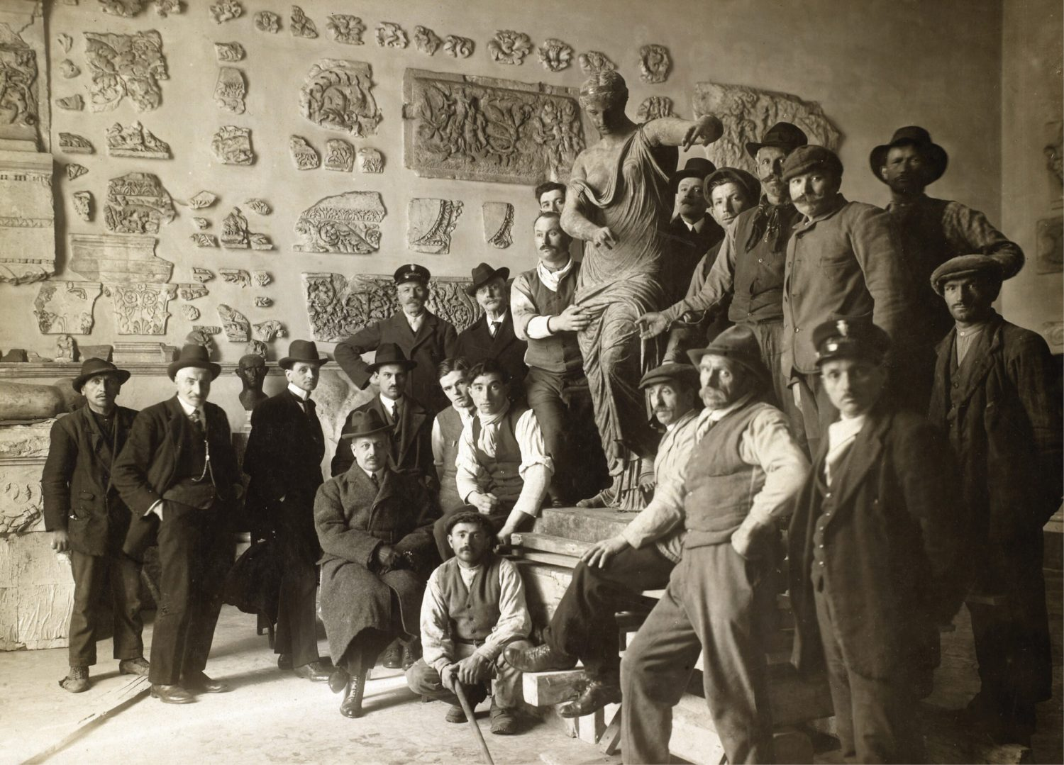 ABOVE The Winged Victory surrounded by employees of the Museo Patrio in Brescia, at the start of the 20th century.