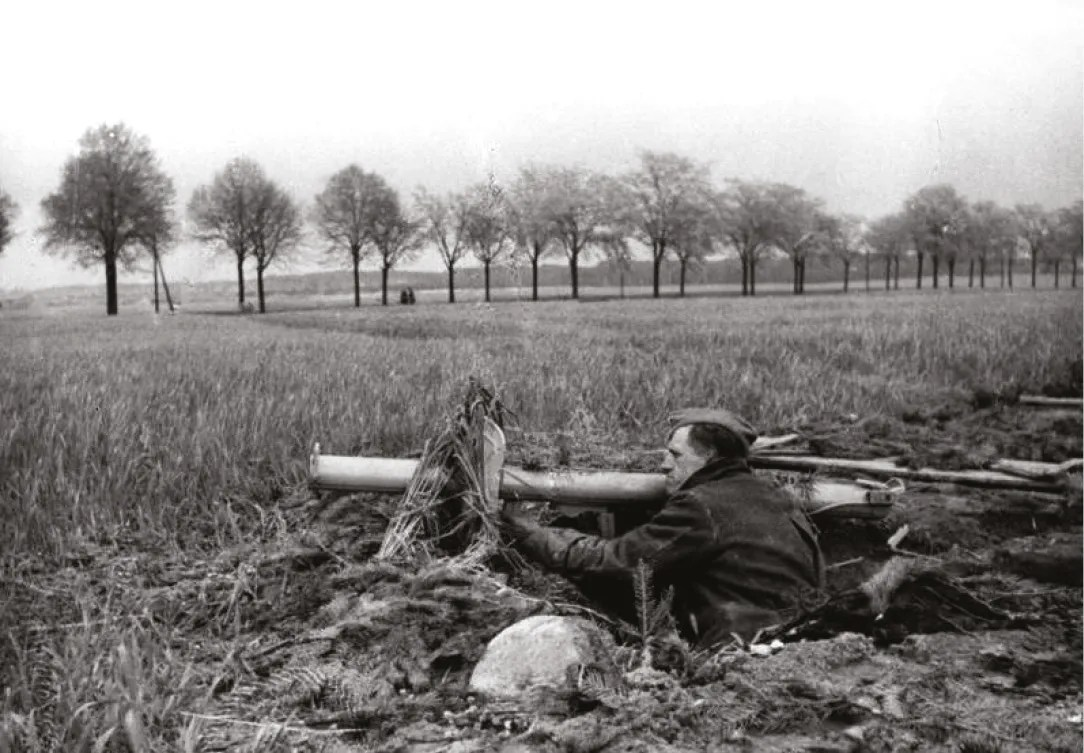 ABOVE Member of the Volkssturm (Home Guard) armed with a Panzerschreck, the late-war German bazooka. RIGHT One of the most-famous pictures from the Battle of Berlin two Volkssturm recruits, young and old, await the Soviets in a trench armed with Panzerfausts, the short-range, single-use, anti-tank rocket.