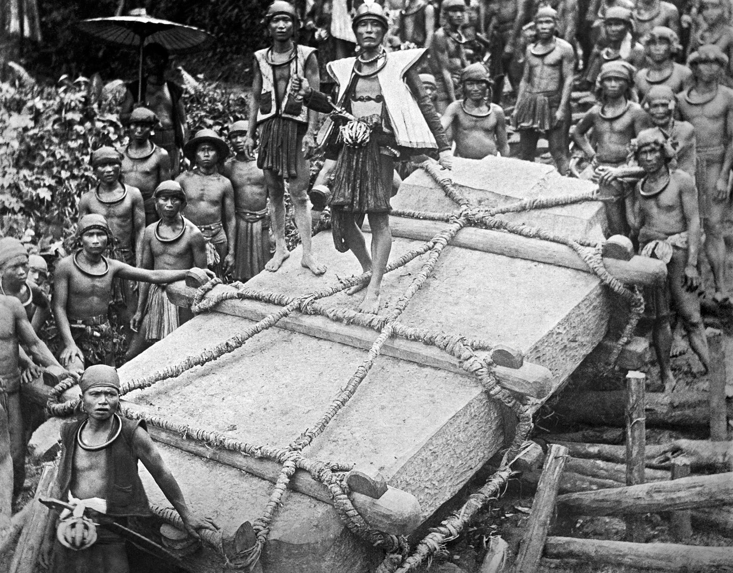 right This photograph, taken c.1915 on Nias, an island off the western coast of Sumatra, Indonesia, shows a stone-moving ceremony that involved hundreds of people. The event culminated in a feast. Were such celebrations also a part of the building of Stonehenge?