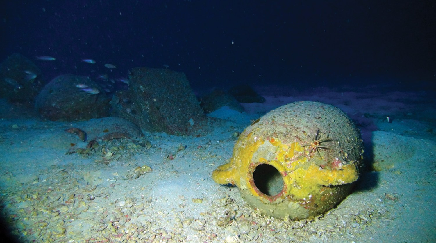 left A western Phoenician amphora lying on the seabed. below left Using a manned submersible with its three synchronised cameras helped to create a high-resolution survey of the wreck site.