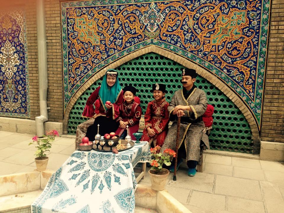 Berpose dengan kostum a la Shah Iran