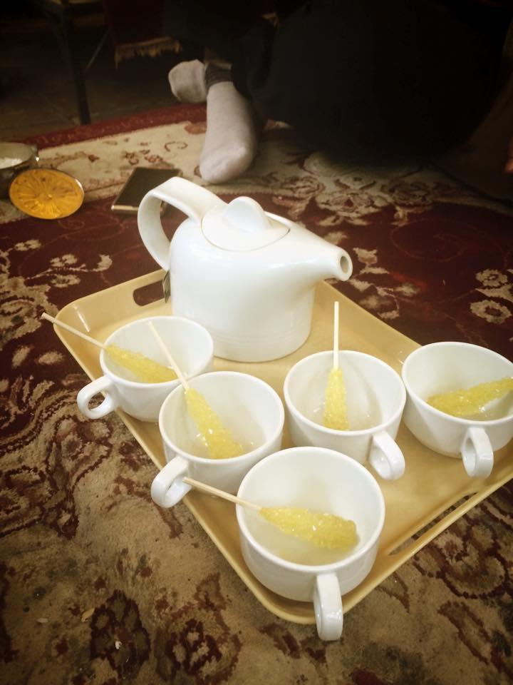 Menikmati teh hangat setelah makan siang, dengan Nabat (gula batu).
