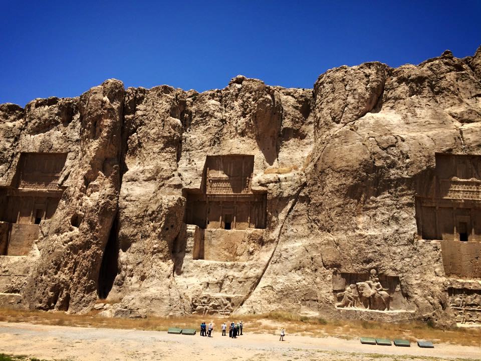 Necropolis, makam raja-raja Persia kuno. Pahatan di bagian bawah bukan termasuk peninggalan kuno. Pahatan tersebut dibuat oleh dinasti Savafid yang menemukan makam kuno ini; memberi pesan pada dunia bahwa dinasti Savafid juga dinasti yang agung seperti pendahulunya.