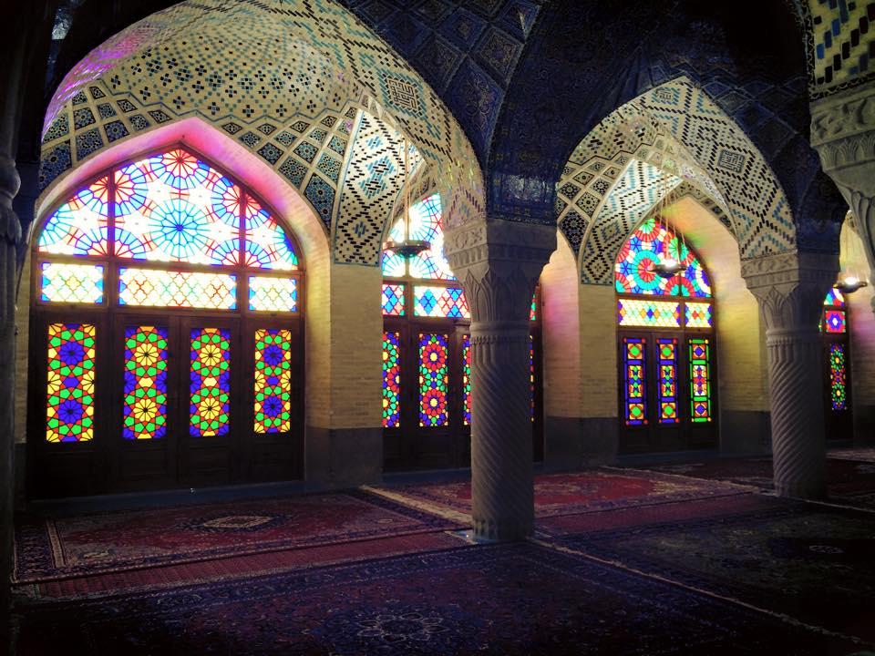Cahaya yang masuk berwarna-warni karena mosaic pintu dan jendela.