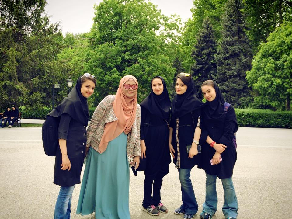 Pelajar SMP di Tehran, begitu ramah menyapa dan bertanya.