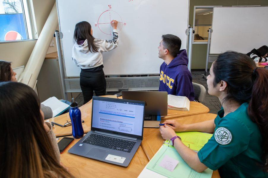 San José City College mathematics students study with the METAS program.