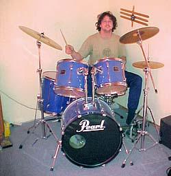Chris mit seinem ersten Schlagzeug