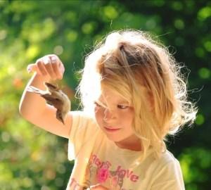Zoe (kilka lat temu) z ptaszkiem ktory sie zabil uderzajac o okno - nietypowy poranek