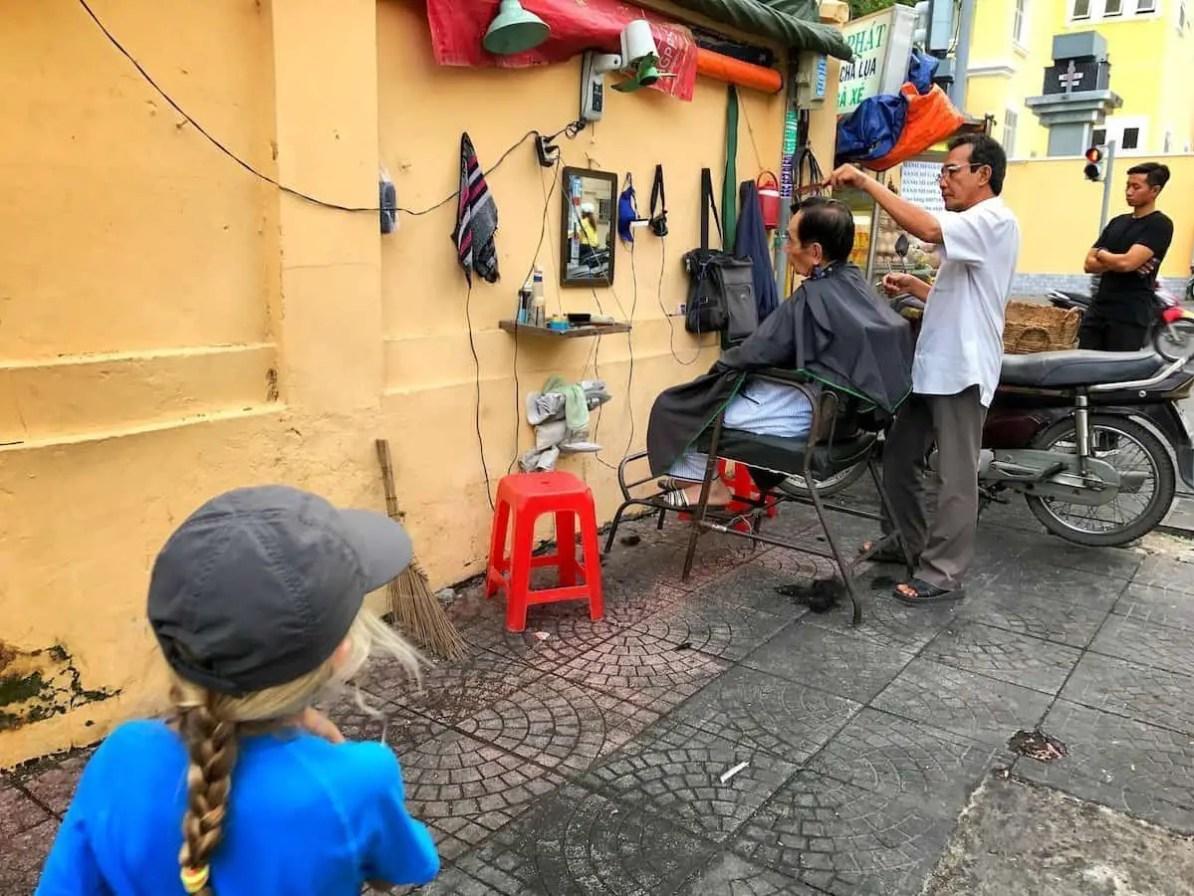 Sajgon - fryzjer na ulicy