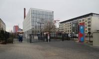 """<h5>Köpenicker Straße</h5><p>Köpenicker Straße 54 <strong>Hochtief</strong> © <a href=""""http://galerie-noir.de"""" target=""""_blank"""">Thierry Noir</a> <br>Datum der Aufnahme: unbekannt                                                                                                                                                                                                                                                                                                                                                                                                                        </p>"""