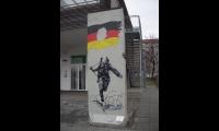 """<h5>Gertrud-Kolmar-Straße</h5><p>Gertrud-Kolmar-Straße © <a href=""""http://galerie-noir.de"""" target=""""_blank"""">Thierry Noir</a> <br>Datum der Aufnahme: unbekannt                                                                                                                                                                                                                                                                                                                                                                                                                                                                           </p>"""
