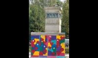 "<h5>Clayallee</h5><p>Clayallee <strong>Alliierten Museum</strong> © <a href=""http://galerie-noir.de"" target=""_blank"">Thierry Noir</a><br>Datum der Aufnahme: unbekannt                                                                                                                                                                                                                                                                                                                                                                                                                                                                           </p>"