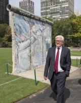 """<h5>Thanks Thomas Imo</h5><p>Frank-Walter Steinmeier, Außenminister Deutschlands, im Rosengarten der UN. Mit freundlicher Genehmigung von © Thomas Imo/<a href=""""http://photothek.net"""" target=""""_blank"""" >photothek.net</a>                                                   </p>"""