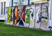 "<h5>Die Berliner Mauer in Los Angeles, Kalifornien</h5><p>Details u. Copyright:  <a href=""http://the-wall-net.org/?p=186"">Los Angeles, CA</a> / Mehr <a href=""http://the-wall-net.org/category/the-berlin-wall/us/"" >Standorte USA</a></p>"