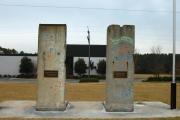 "<h5>Die Berliner Mauer in Spartanburg, South Carolina</h5><p>Details u. Copyright:  <a href=""http://the-wall-net.org/?p=194"" >Spartanburg, SC</a> / Mehr <a href=""http://the-wall-net.org/category/the-berlin-wall/us/"" >Standorte USA</a></p>"
