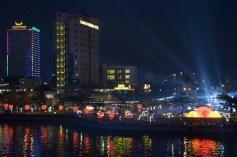 大晦日、ロン橋頭部から東側を望む、右のサーチライトはカウントダウンコンサート会場から