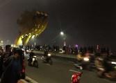 大晦日、カウントダウン花火を見るためロン橋へ集まった観客