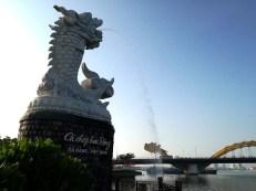 「鯉の登龍像」からロン橋を望む