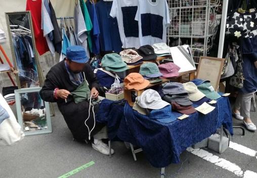 ここはフジヤマ駐車場、浜松城公園でも出店されている方で古着のような風合の帽子や服を製作販売
