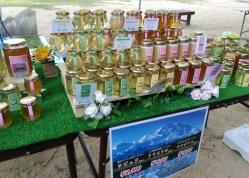 お隣の蜂蜜販売ラピアさん色々な花の蜂蜜を試食させて頂きました