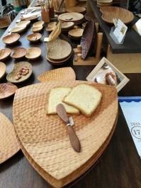 木の皿やカトラリー、彫りが美しい、食品サンプルのパンもリアル