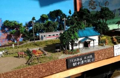線路のある風景ジオラマ、駅舎の内部や電車の車内の造りが細かくてすごい