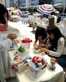 体験コーナーで、女の子たちが母の日のプレゼントを作っていた