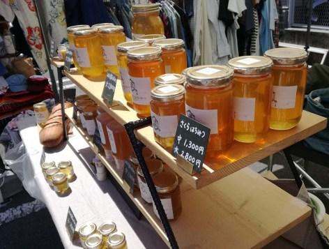 蜂蜜が日の光で輝いていた。昨年も近くで出店していました。
