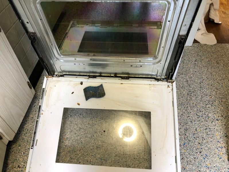 Cleaning the oven door