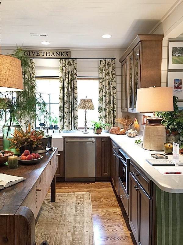 How to Decorate Small Spaces Like the Pros, #traditionalkitchens #antiques #windowtreatments #showhouses