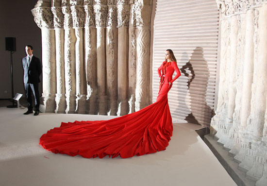 Yasmin Le Bon Models 110-Pound Dress By Stephan Rolland (5/5)